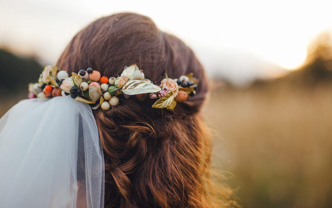 Acconciatura per la sposa: 3 consigli per acconciare i capelli con i fiori