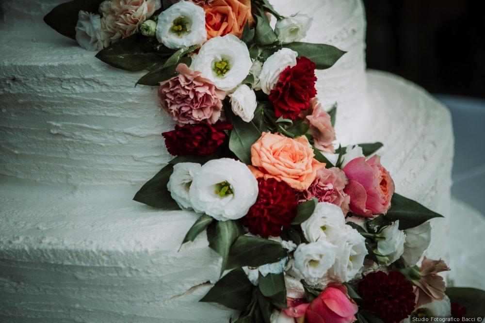 Flower cake: 6 consigli per una torta nuziale decorata con fiori freschi